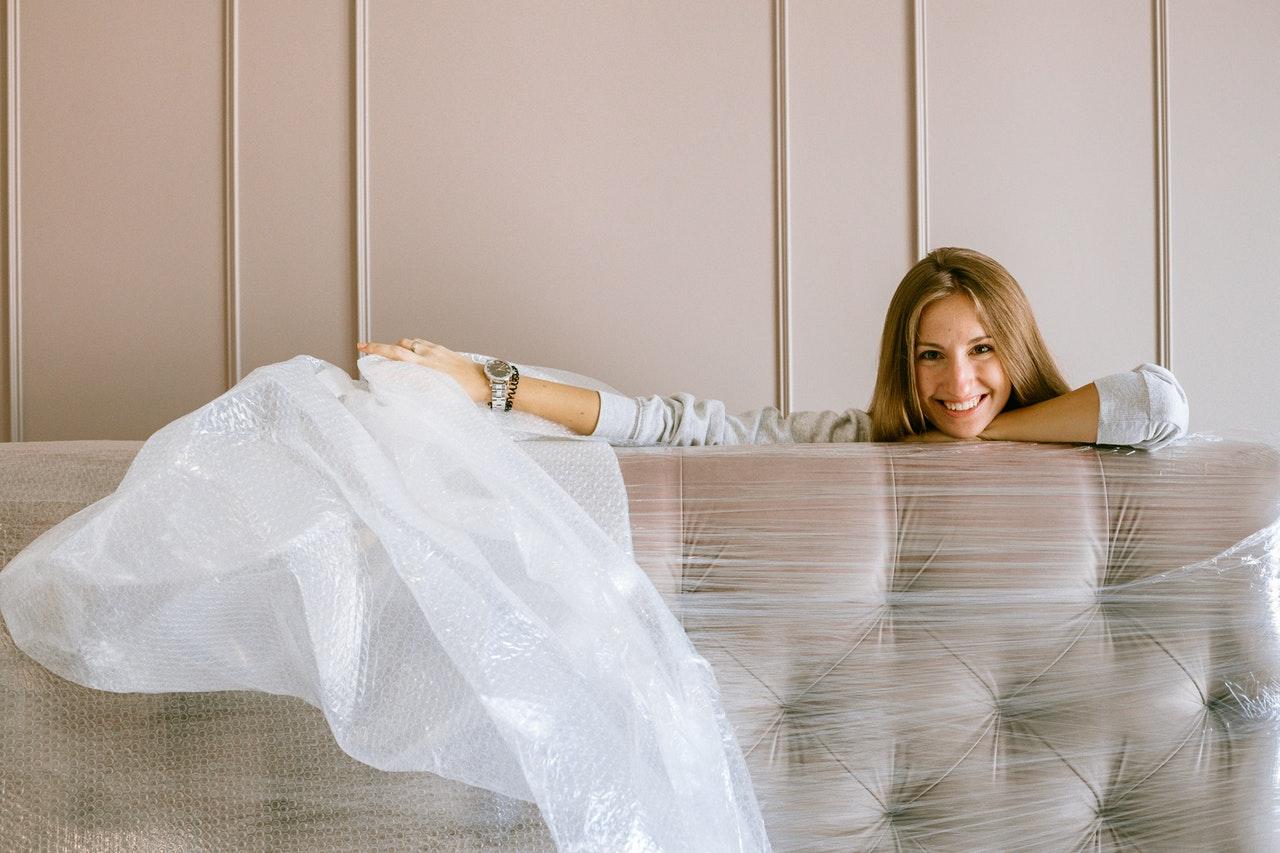 kvinde med sofa i emballage